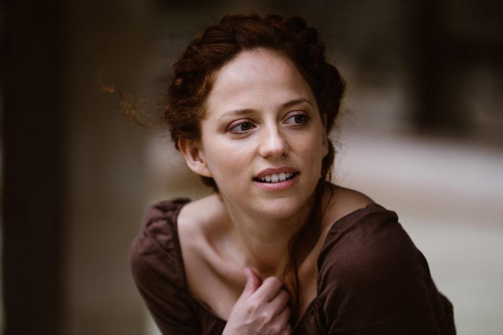 shooting photo d'une actrice francaise rousse