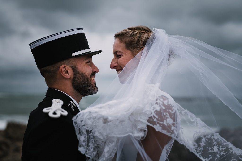 Couple de mariés les yeux dans les yeux