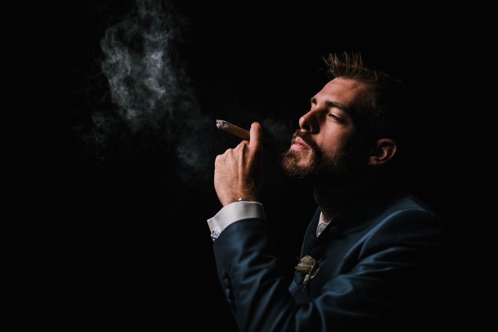 Marié fumant un cigare
