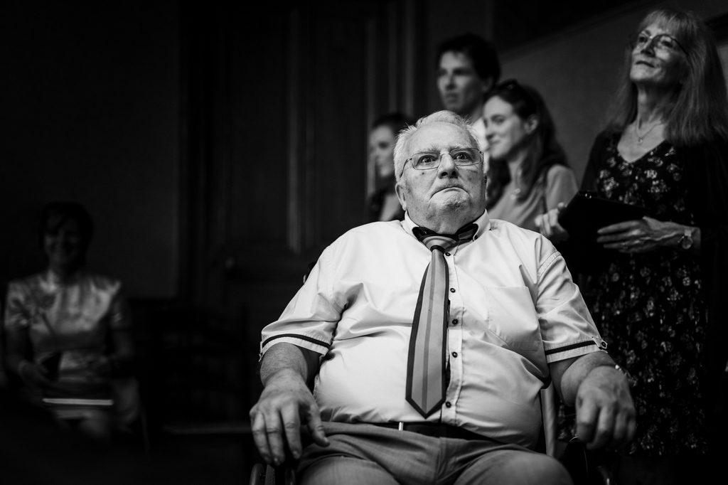 Grand-père pendant un mariage