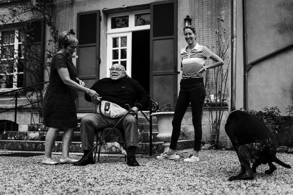 photo de reportage d'un mariage, un chien est en train de faire ses besoins devant une scène de vie