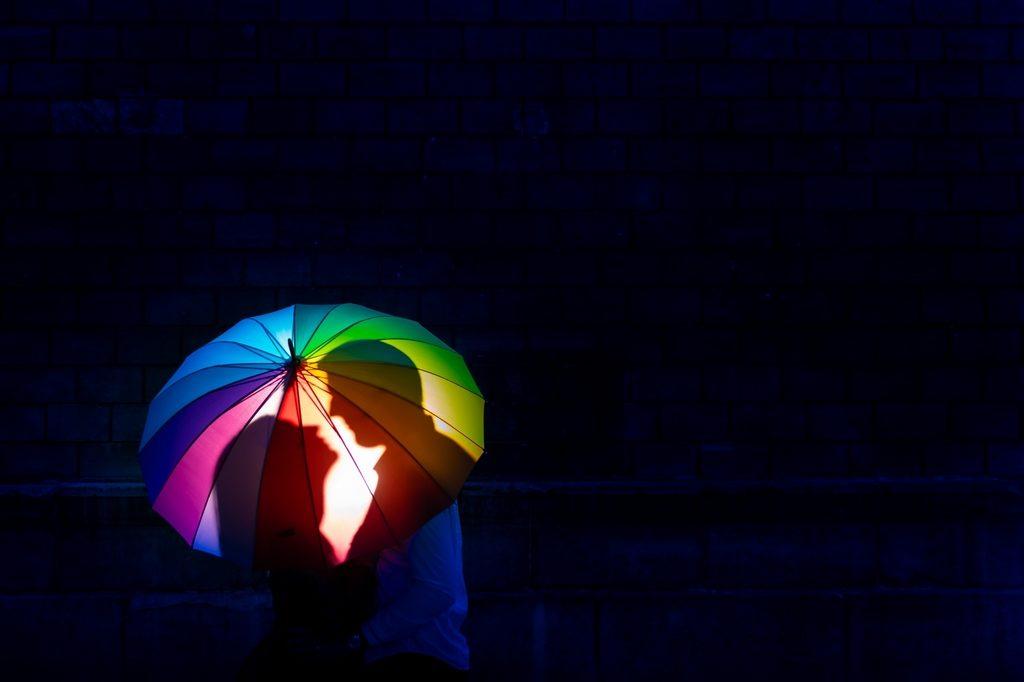 Couple de mariés sous un parapluie