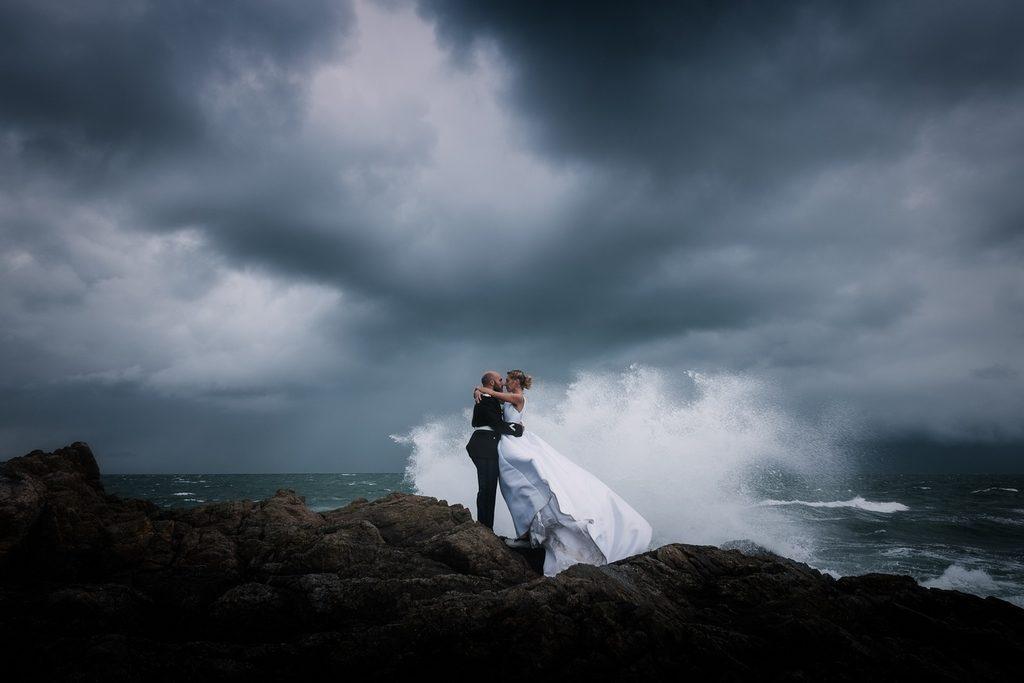 couple de mariés attaqué par une vague de tempête