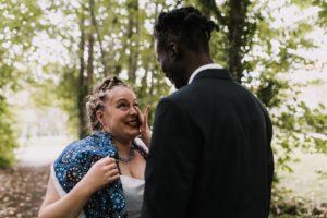 mariée pleurant de joie en découvrant son mari le jour de son mariage