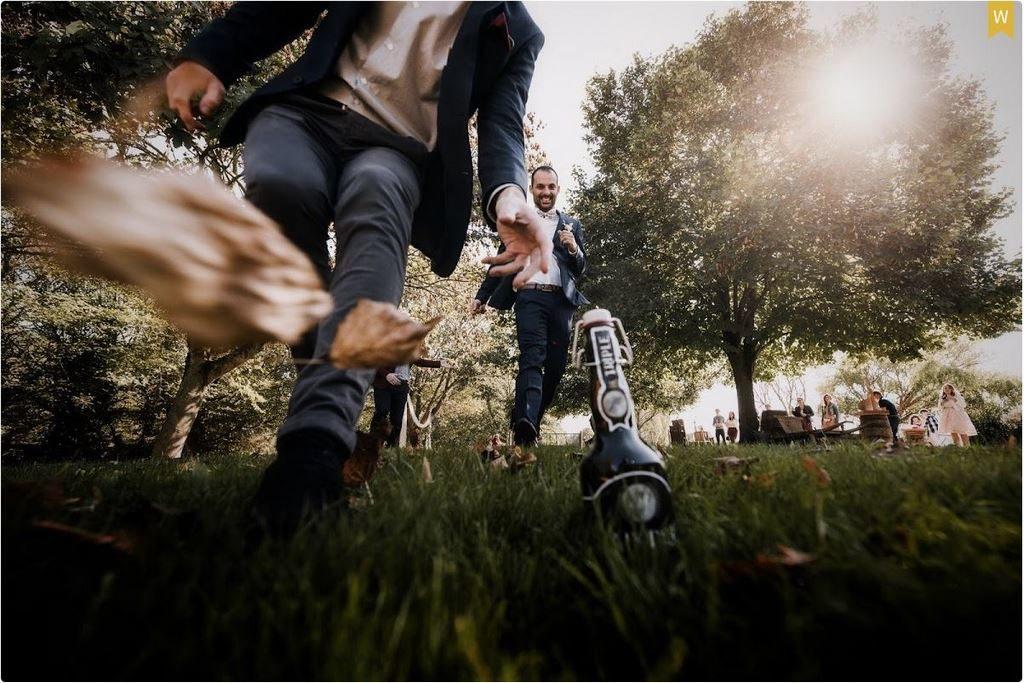 course à la bière pendant un mariage, photo récompensée en concours photo