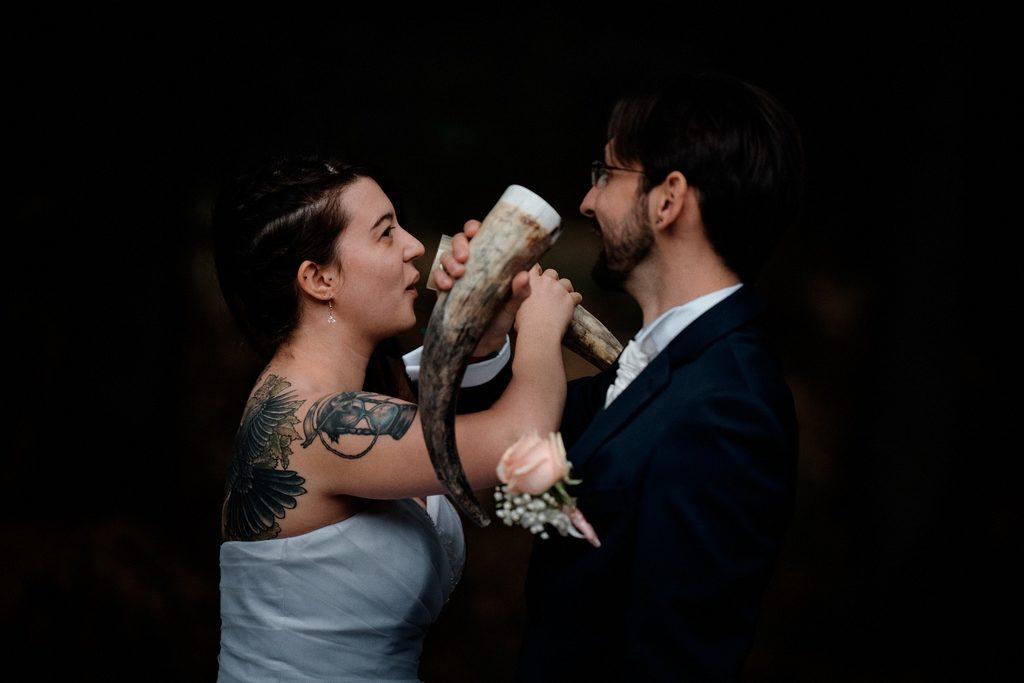 Couple de mariés pendant une cérémonie laïque de mariage. Le type de cérémonie aura un impact sur le budget