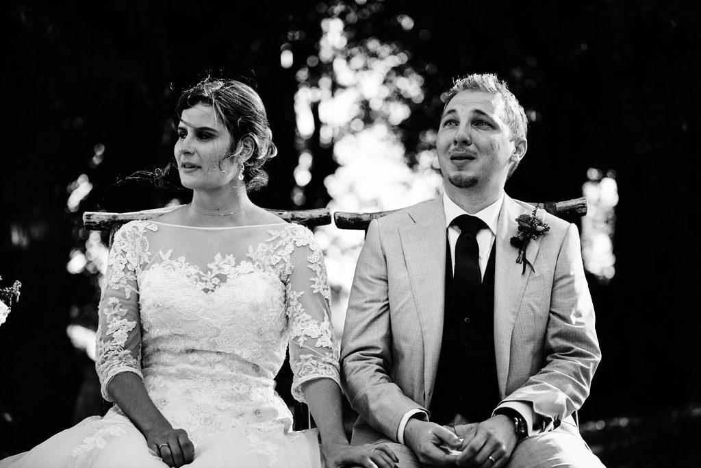 Couple de mariés pendant une cérémonie laique