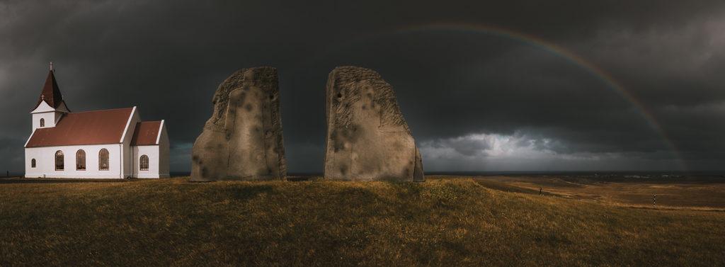 Arc-en-cien en islande avec une petite chapelle