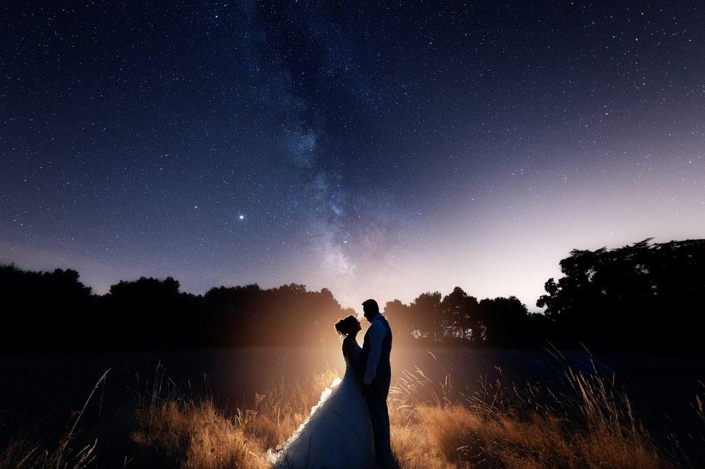 Photo de couple sous la voie lactée, l'avantage de se marier en province
