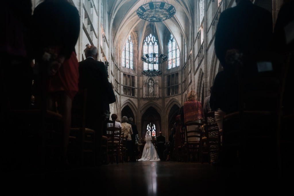 Couple pendant un mariage à l'église