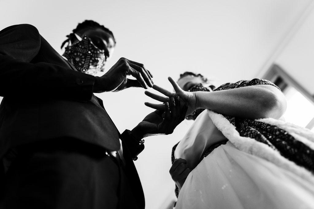 Couple de mariés pendant l'échange des alliances à la mairie
