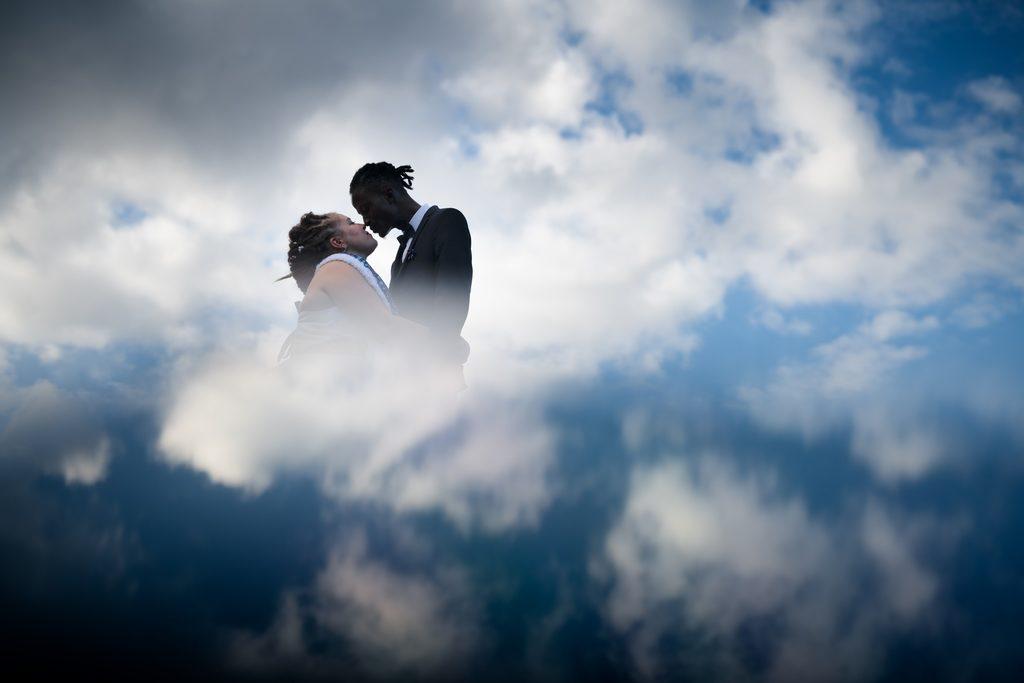 Couple s'embrassant dans les nuages