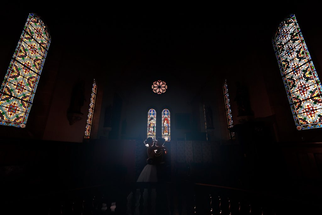 Photo de couple dans une chapelle