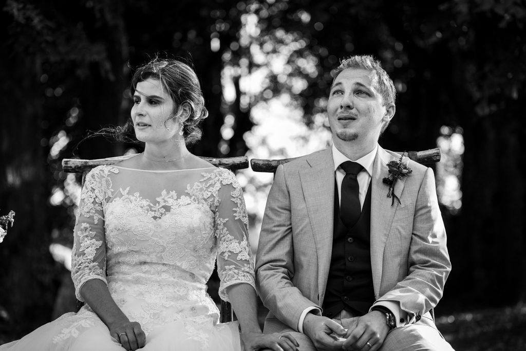 Couple de mariés pleurant pendant une cérémonie laïque
