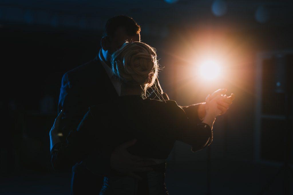 Couple de marié·es pendant la première danse