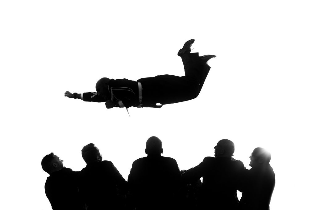 marié sautant en l'air façon super-héros