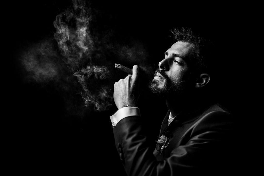 Marié en train de fumer le cigare