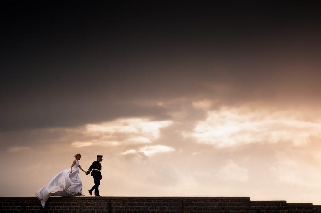 Couple de mariés marchant main dans la main