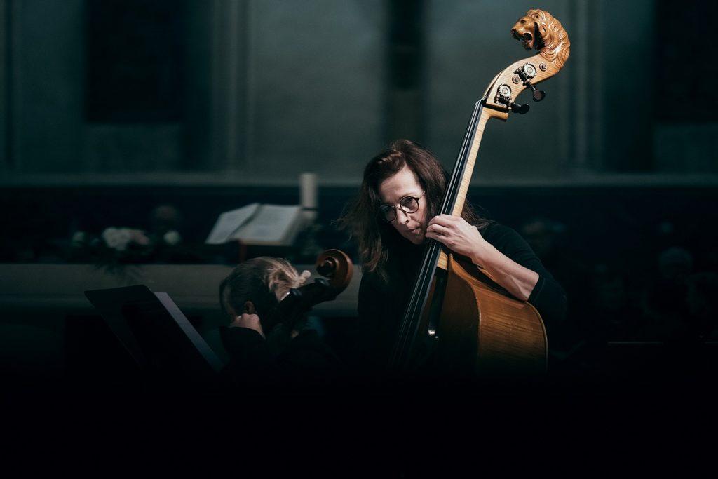Photo d'une contrebassiste pendant un concert d'Alma musica à Caen