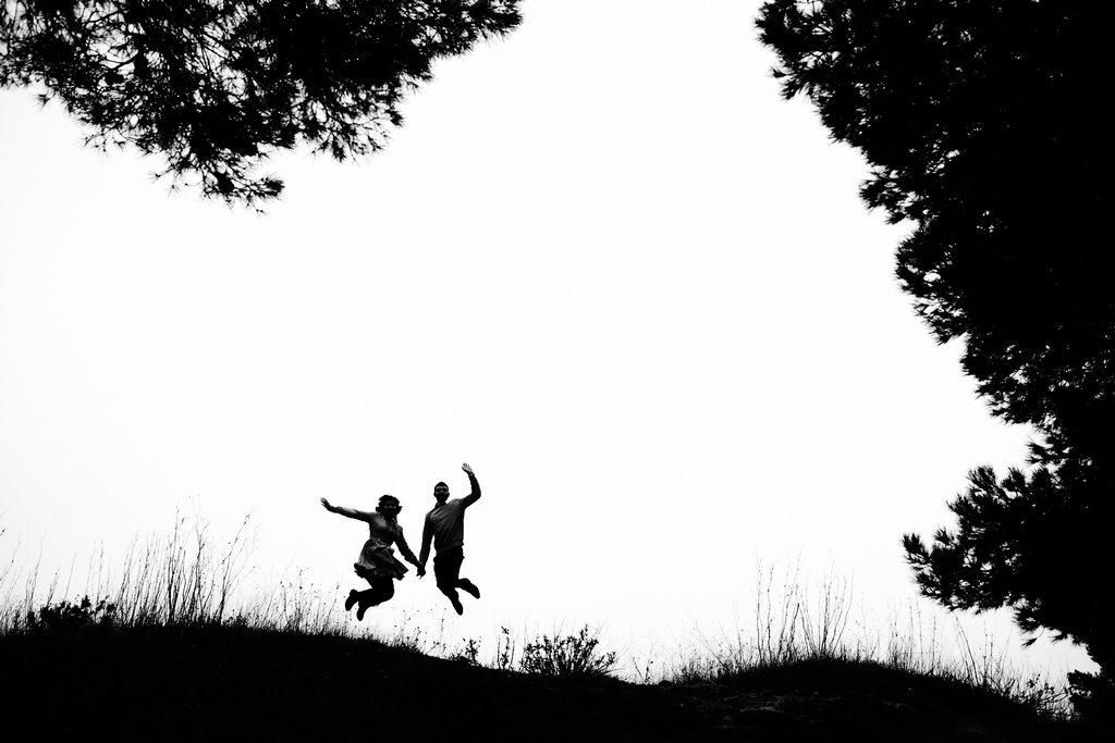 Couple d'amoureux en train de sauter en l'air, aux pierres blanches de Sète