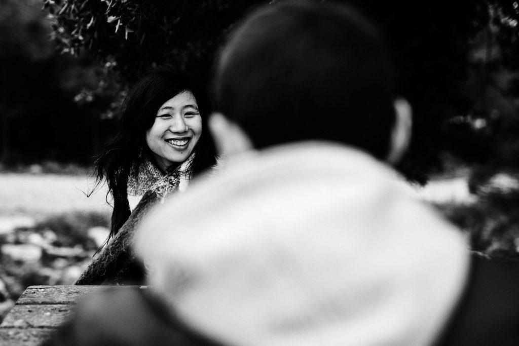 Jeune femme regardant son amoureux