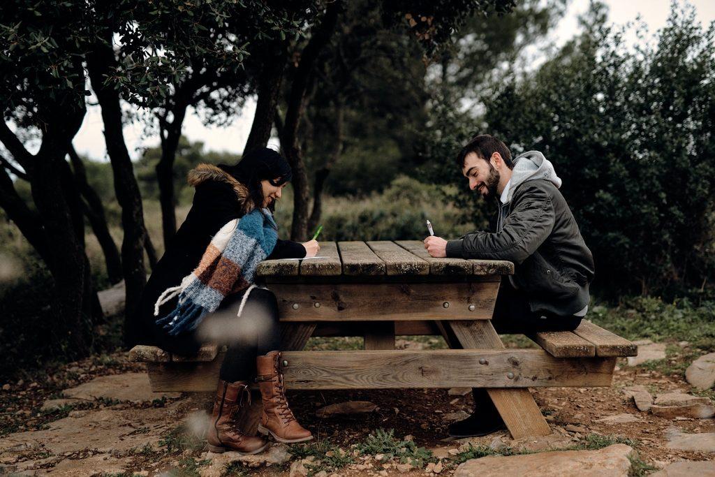 Couple en train d'écrire une lettre d'amour