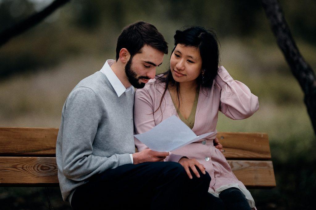 Couple d'amoureux en train de lire une lettre