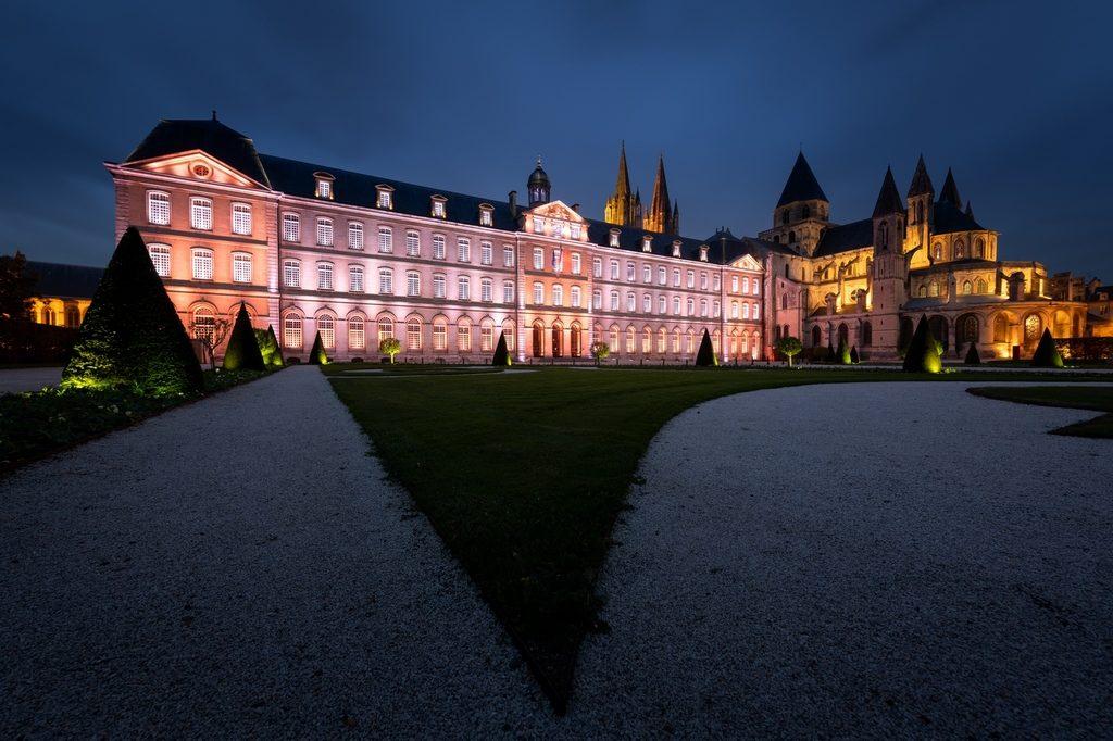 Photo de l'hotel de ville de Caen illuminé