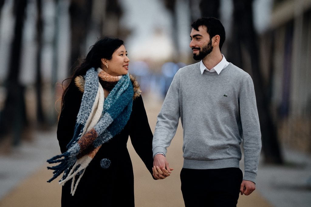 Couple d'amoureux marchant main dans la main