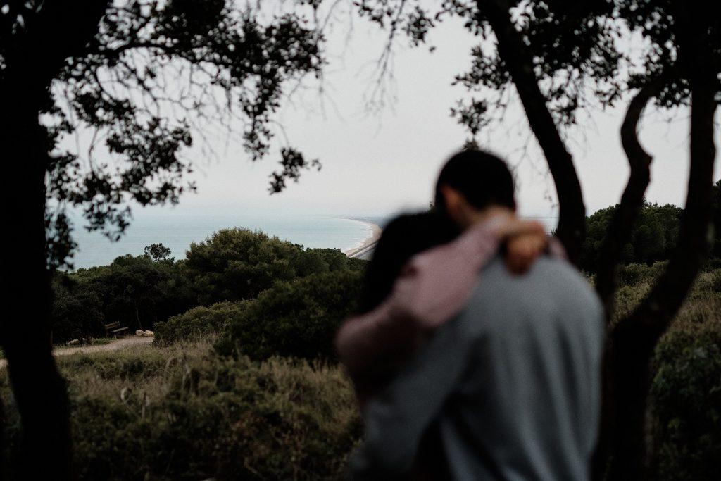 Couple d'amoureux devant un beau paysage