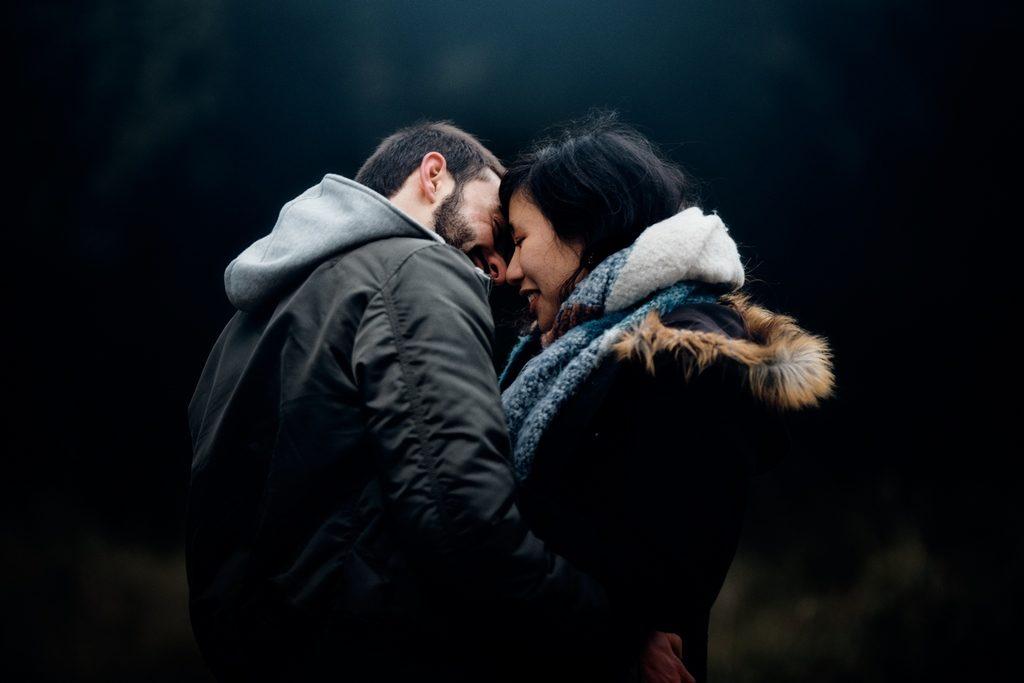 Couple d'amoureux s'apprêtant à s'embrasser