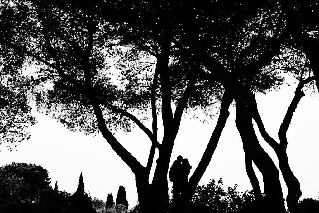 Couple d'amoureux en silhouettes
