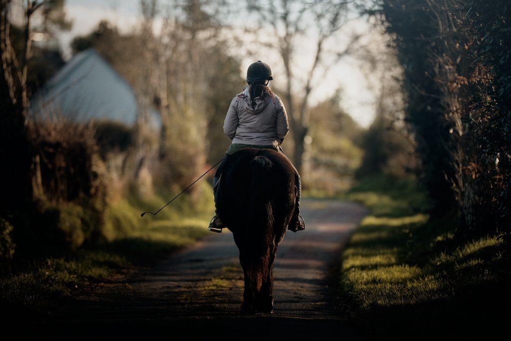 Photo d'une cavalière pendant une balade à cheval à Agon-Coutainville