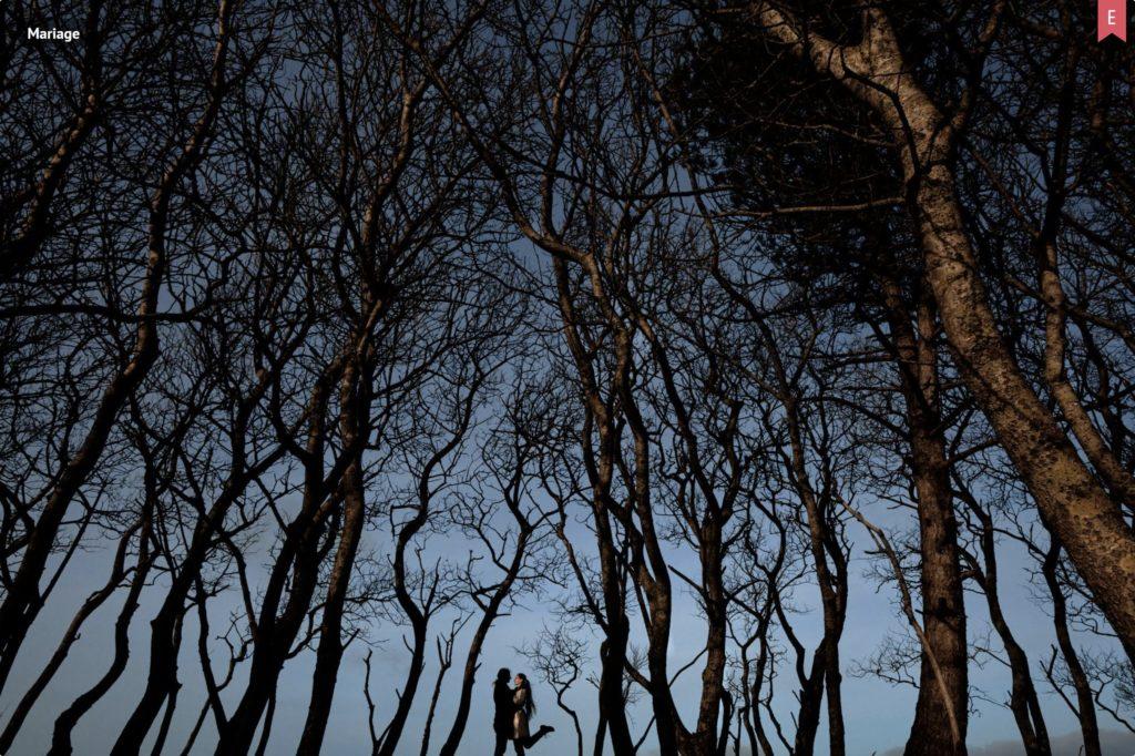 Couple entre des arbres
