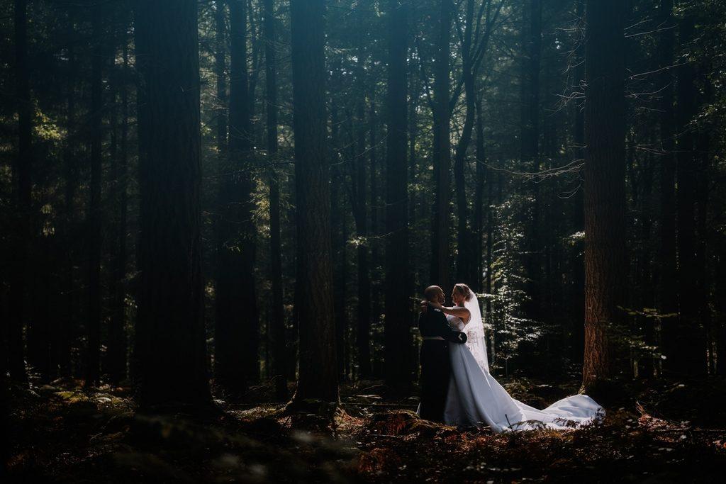 photo d'un couple dans une forêt