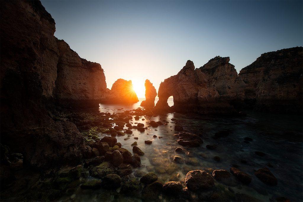 photo de lagos au portugal au lever de soleil