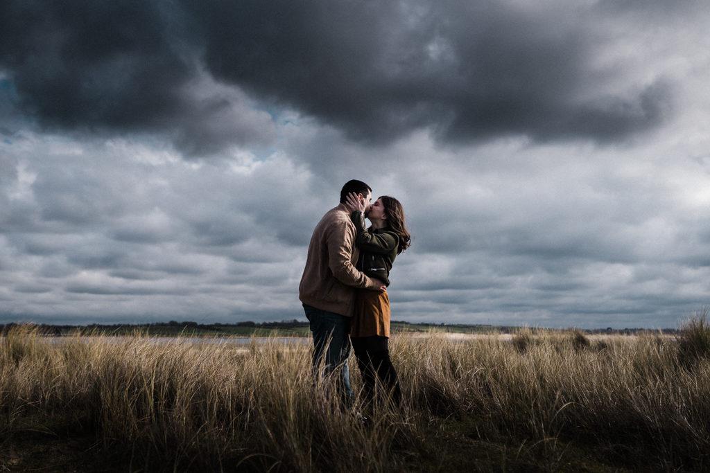 Photo de couple prise au Sony, retouchée grâce à notre preset mariage Lightroom et ajustements personnels