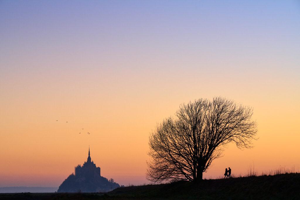 Photo de couple et photo de paysage en une seule photo au mont saint michel