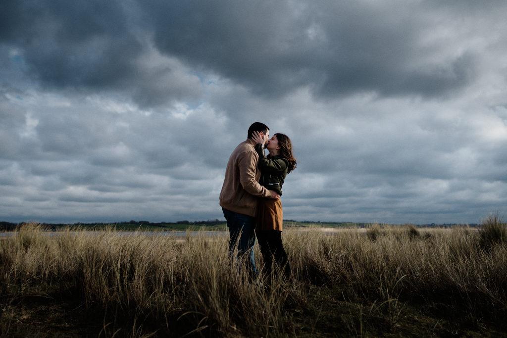 Photo d'un couple d'amoureux, prise au sony, et retouchée avec notre preset mariage et des ajustements