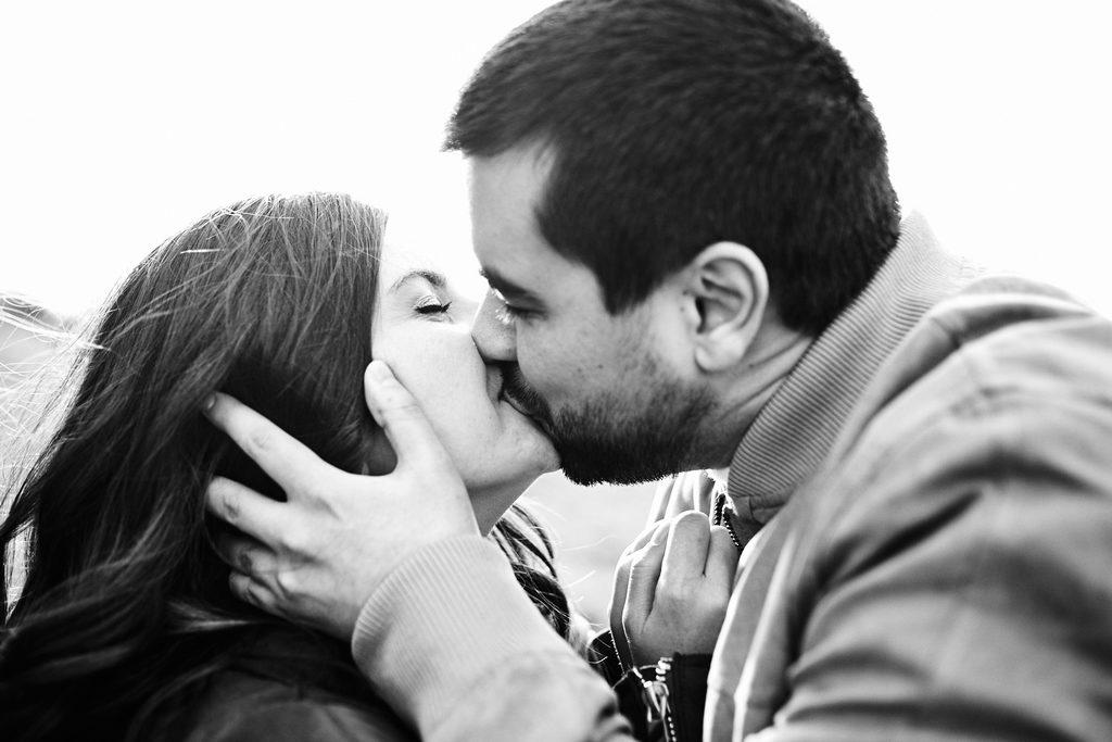 Couple s'embrassant, photo en noir et blanc