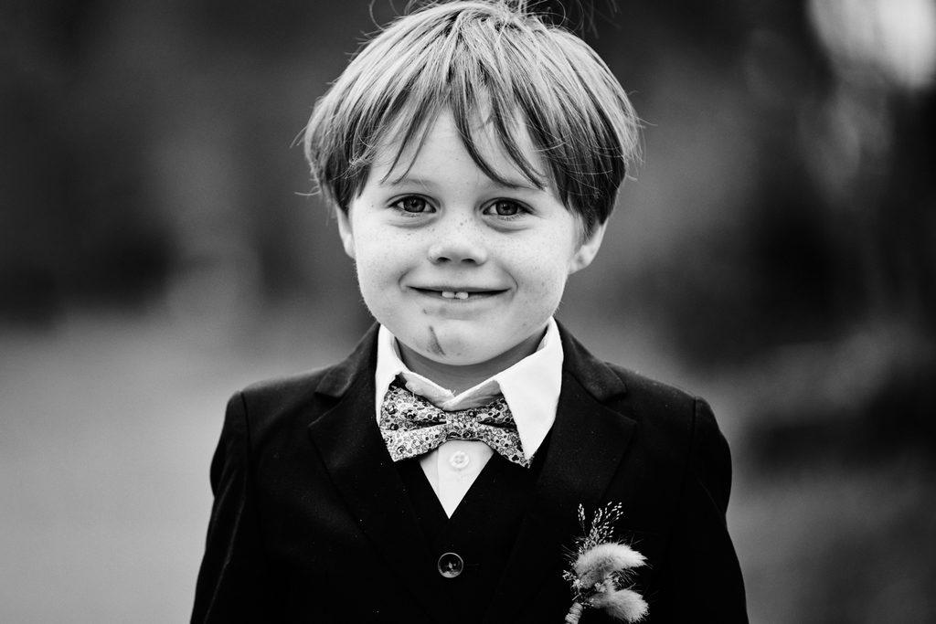 Portrait d'un enfant pris sur le vif pendant un mariage