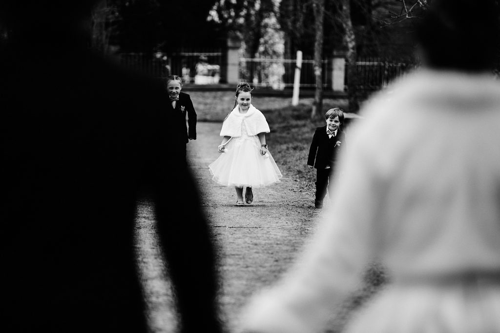 Les enfants des mariés découvrant leurs parents en tenues de mariage