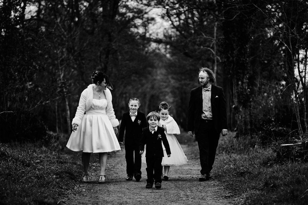 Famille avec une femme, un homme et trois enfants, marchant ensemble