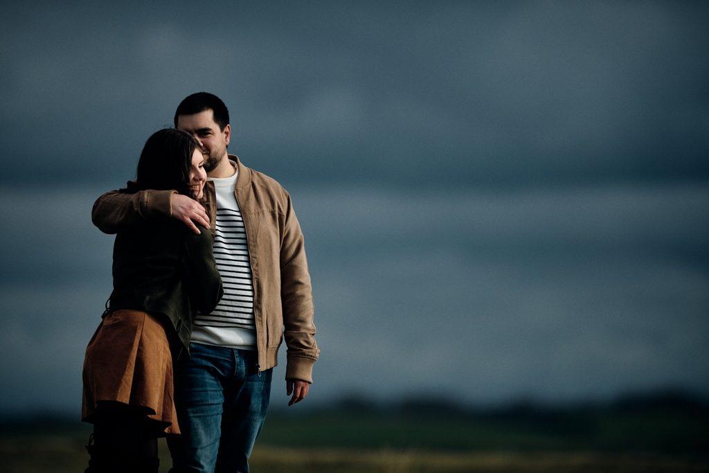 Photo d'un couple se tenant dans les bras