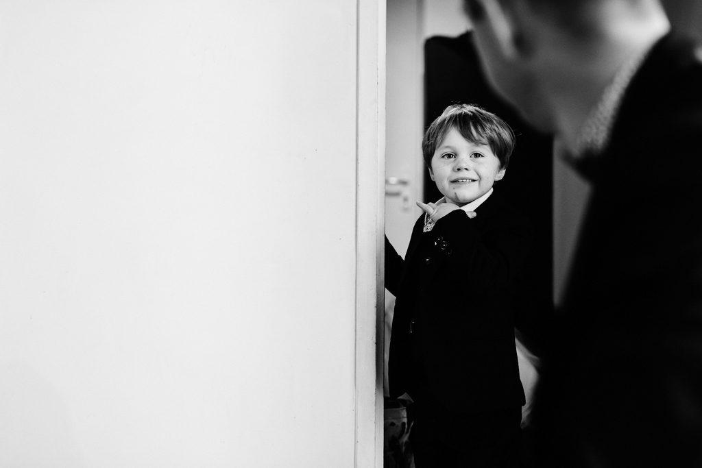 Petit garçon regardant son oncle avec beaucoup de fierté