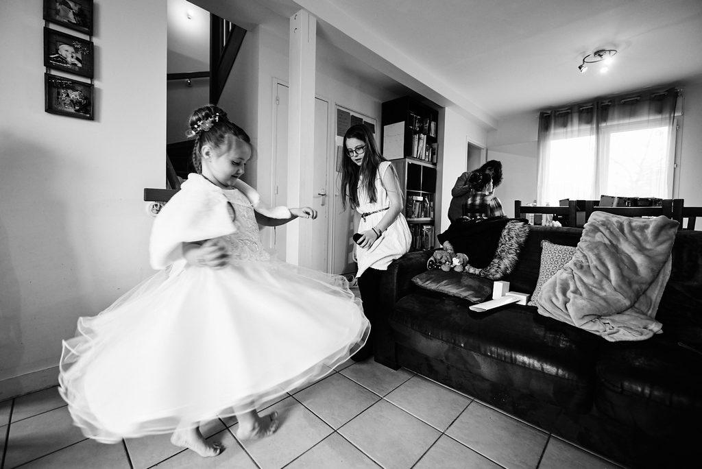 Demoiselle d'honneur faisant tourner sa robe pendant les préparatifs de la mariée