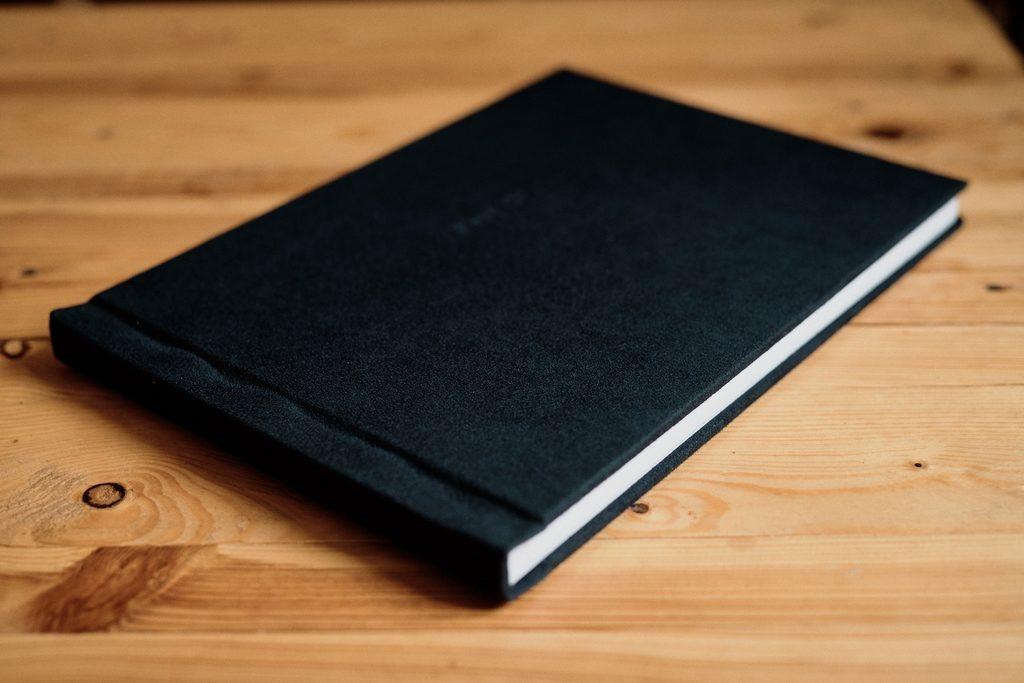 Livre photo avec une couverture en velours noir