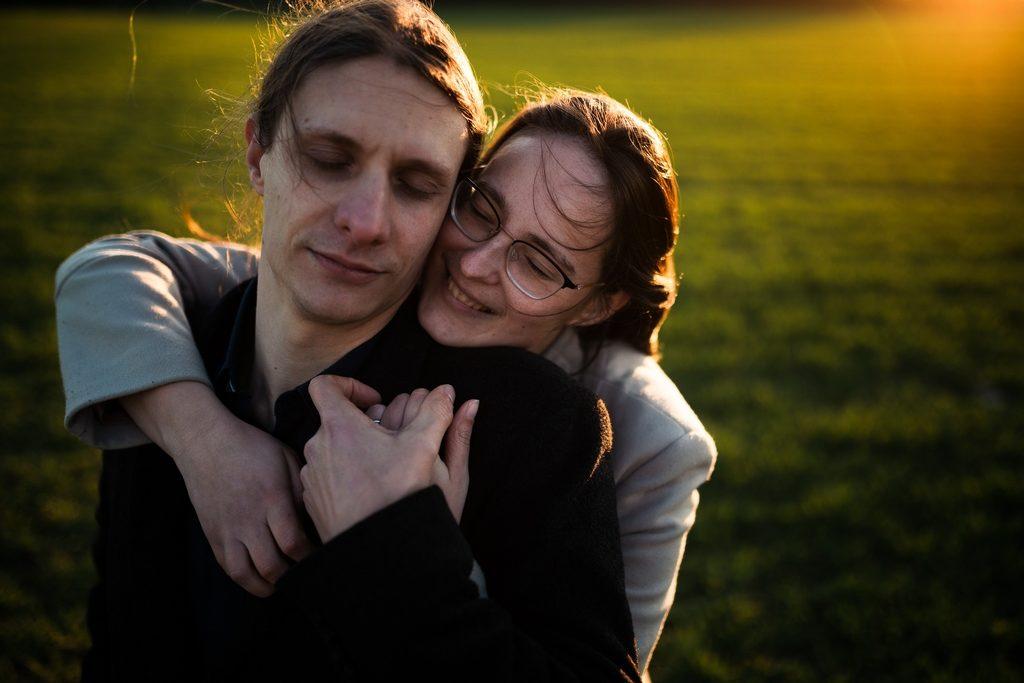 Couple se prenant dans les bras