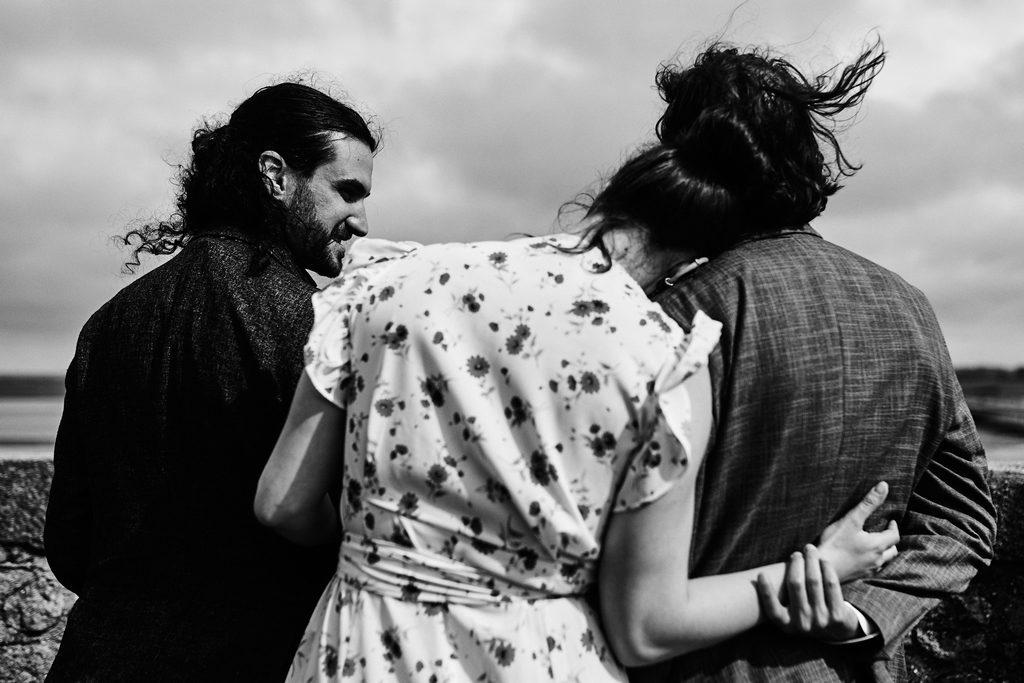 Photo de trois amoureux, lors d'une séance photo polyamour