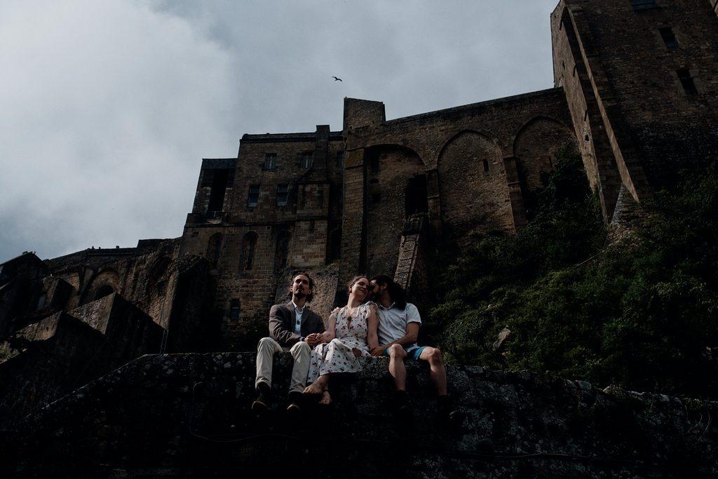 Photo de trois amoureux assis sur un muret